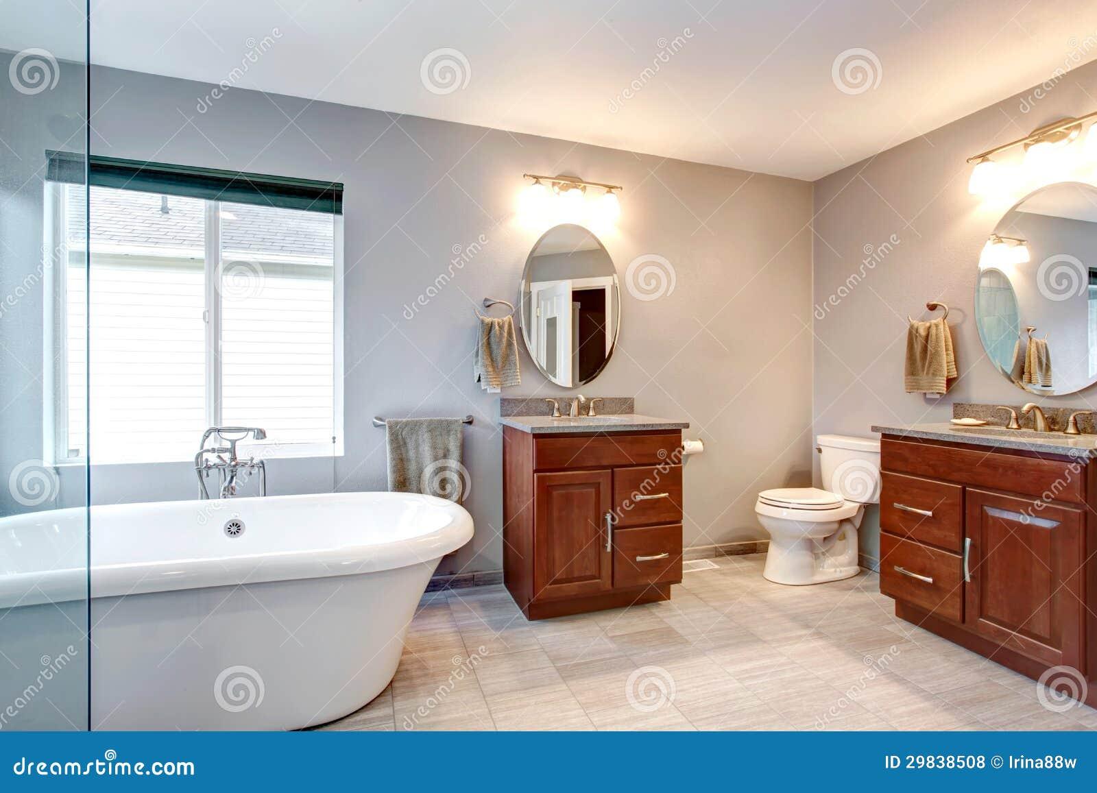 Interior moderno luxuoso novo cinzento bonito do banheiro.