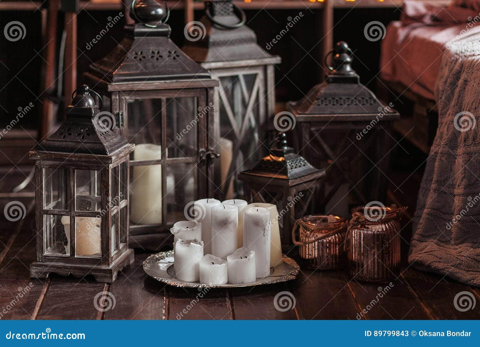 Interior moderno y concepto casero de la decoración Con las velas, las linternas y las palmatorias Piezas de madera