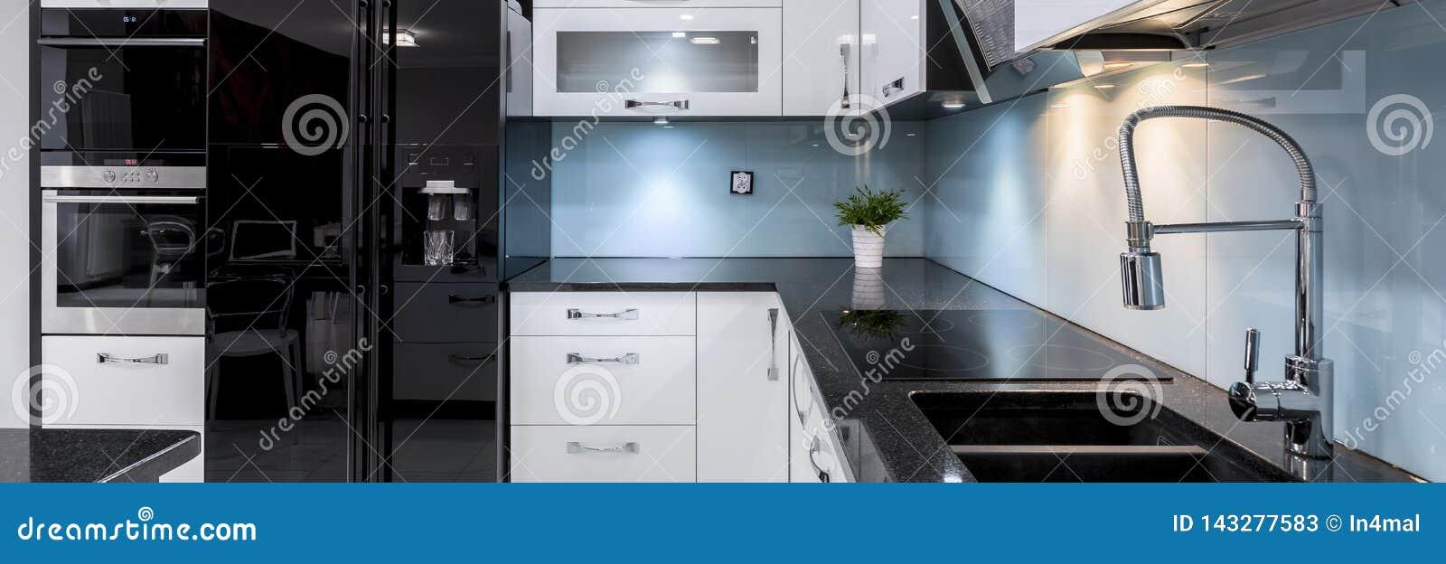 Interior moderno y elegante de la cocina, panorama