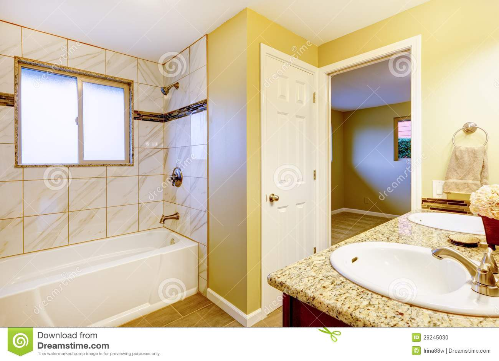 Download Interior Novo Do Banheiro Com O Gabinete Do Dissipador Da Cereja. Foto de Stock - Imagem de toalete, casa: 29245030