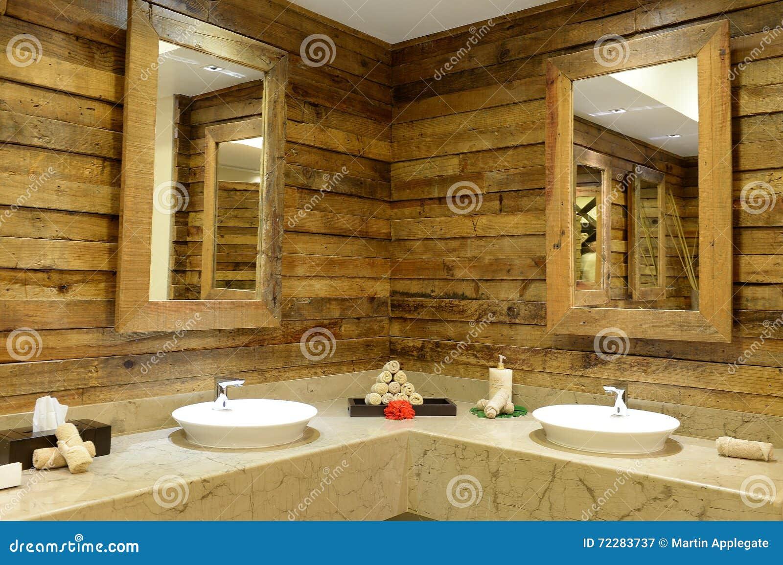 Interior Rústico Del Cuarto De Baño Imagen de archivo ...