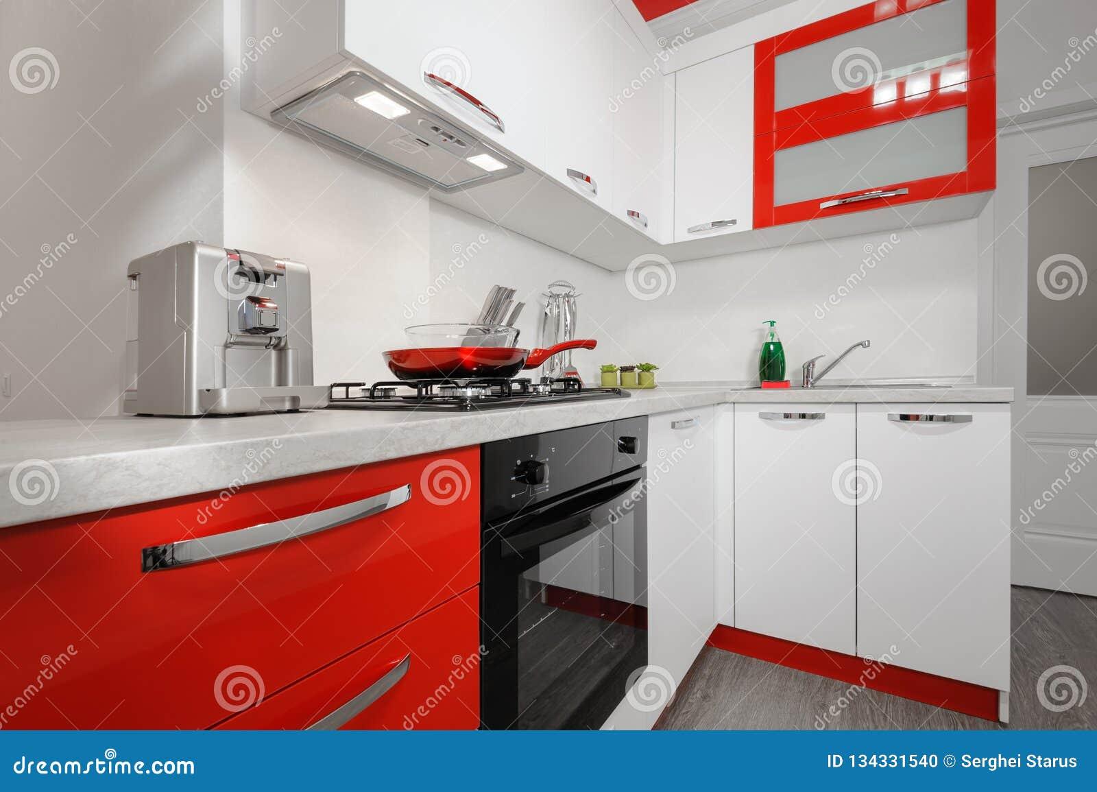Interior Rojo Y Blanco Moderno De La Cocina Foto De Archivo
