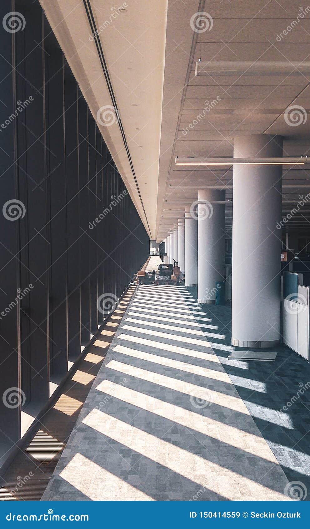 Interior simétrico do escritório com corredor longo