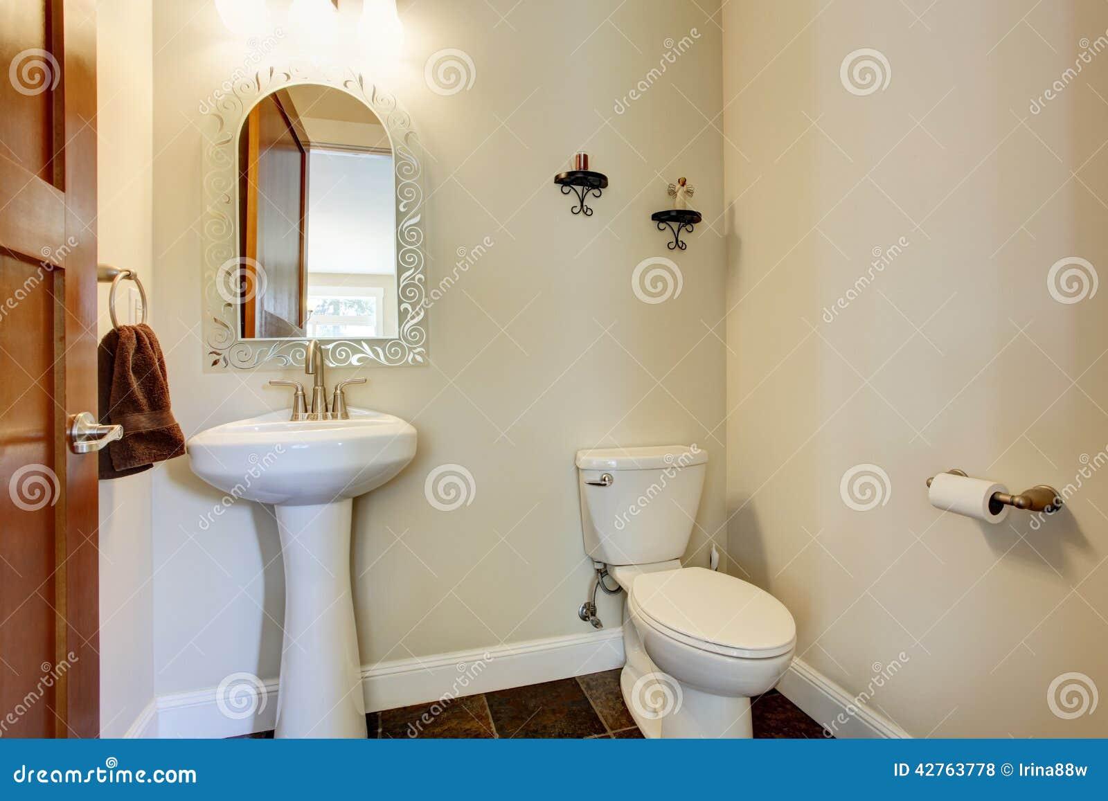 interior pequeno do banheiro com o assoalho de telha do marrom  #32180C 1300x957 Banheiro Azul Simples