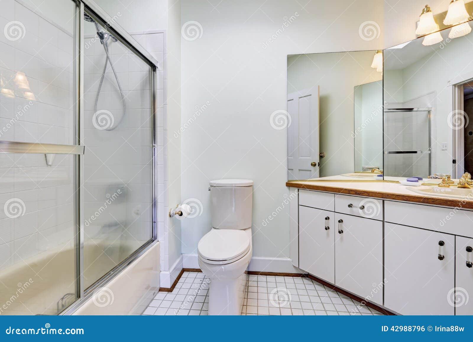 Interior Simples Do Banheiro Com O Chuveiro De Vidro Da Porta Foto de  #6B4023 1300 957