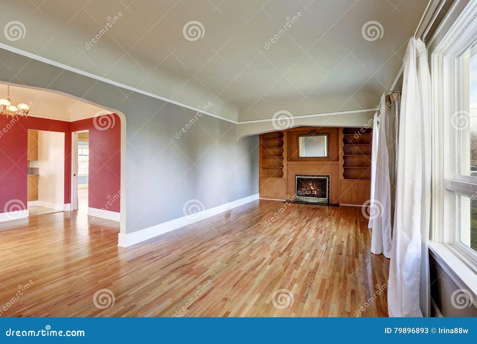 Interior sin amueblar de la sala de estar en casa vieja - Precio amueblar casa ...