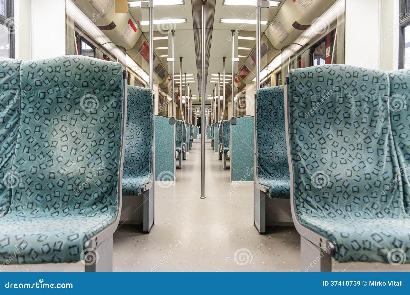 Interior subterráneo del tren del metro - subterráneo moderno