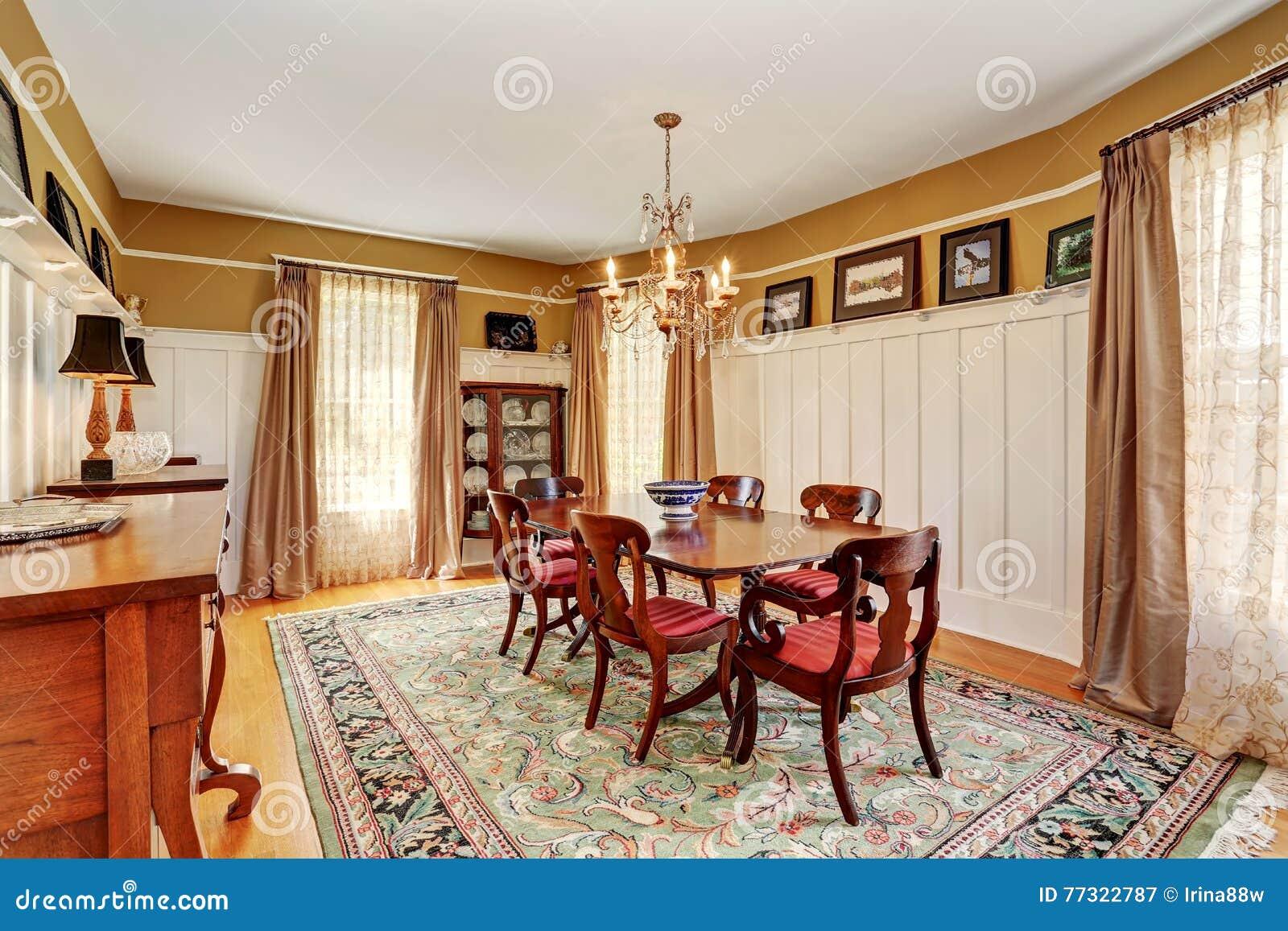Interior Tradicional Del Comedor Con Muebles Antiguos Y La Manta ...