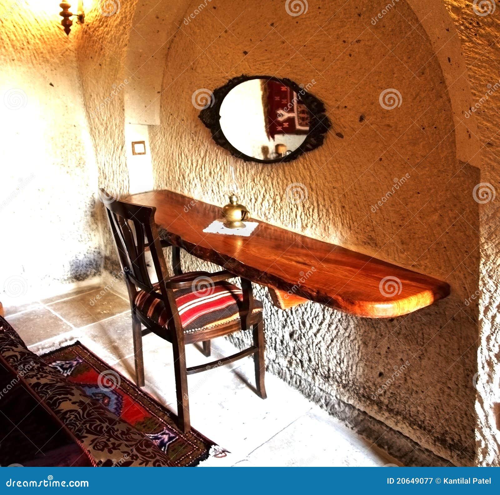 Interior turco, quarto com cadeira e mesa
