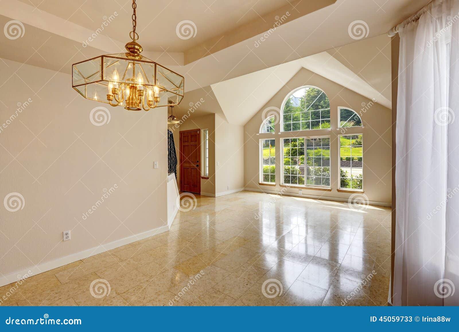 interior vac o moderno de la casa con el suelo de baldosas