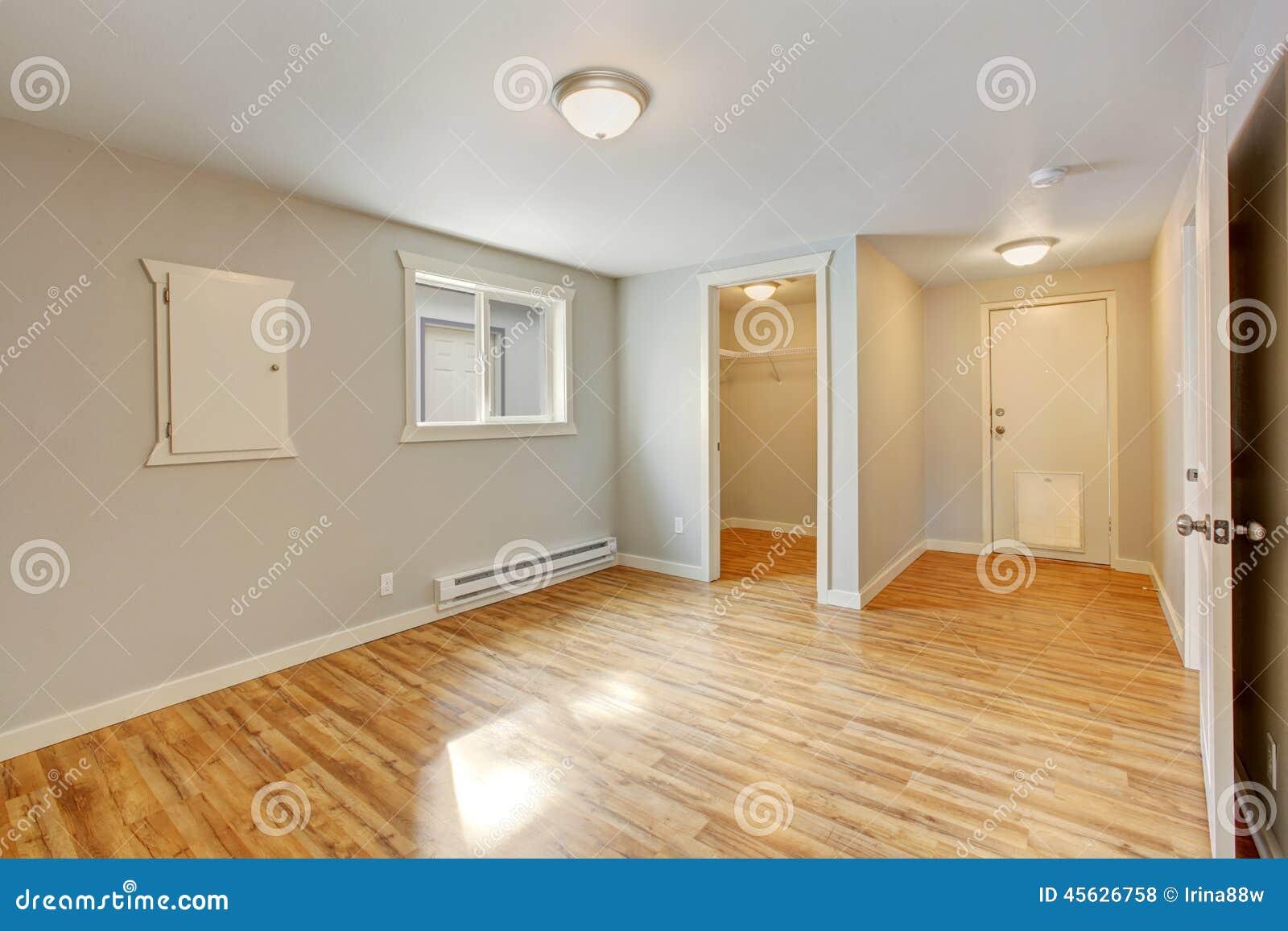 Interior vazio da casa quarto com caminhada no arm rio for Empty master bathroom