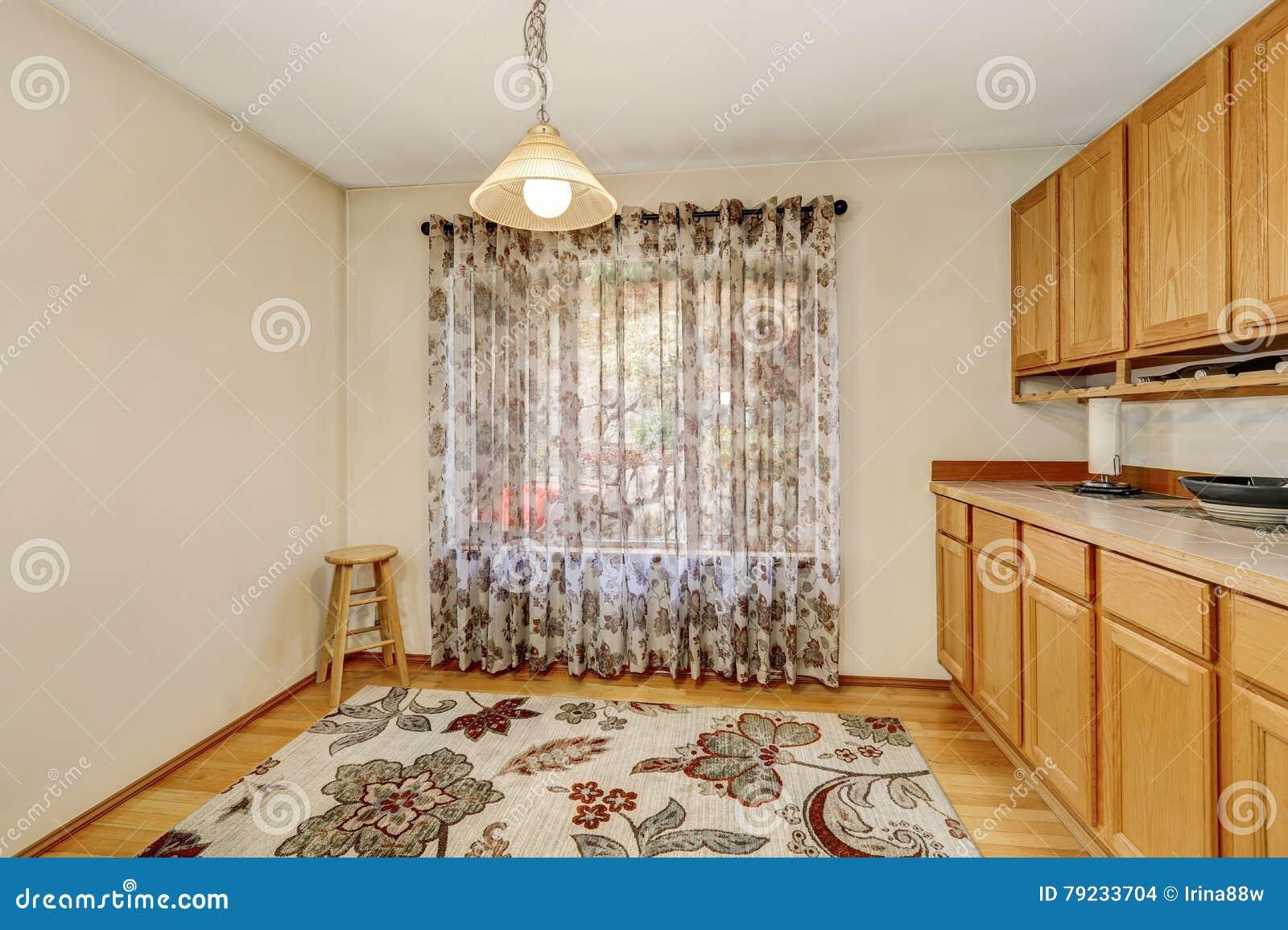 Interior Vazio Da Sala De Jantar Com Cortina De Janela Tapete  -> Tapete Na Sala De Jantar