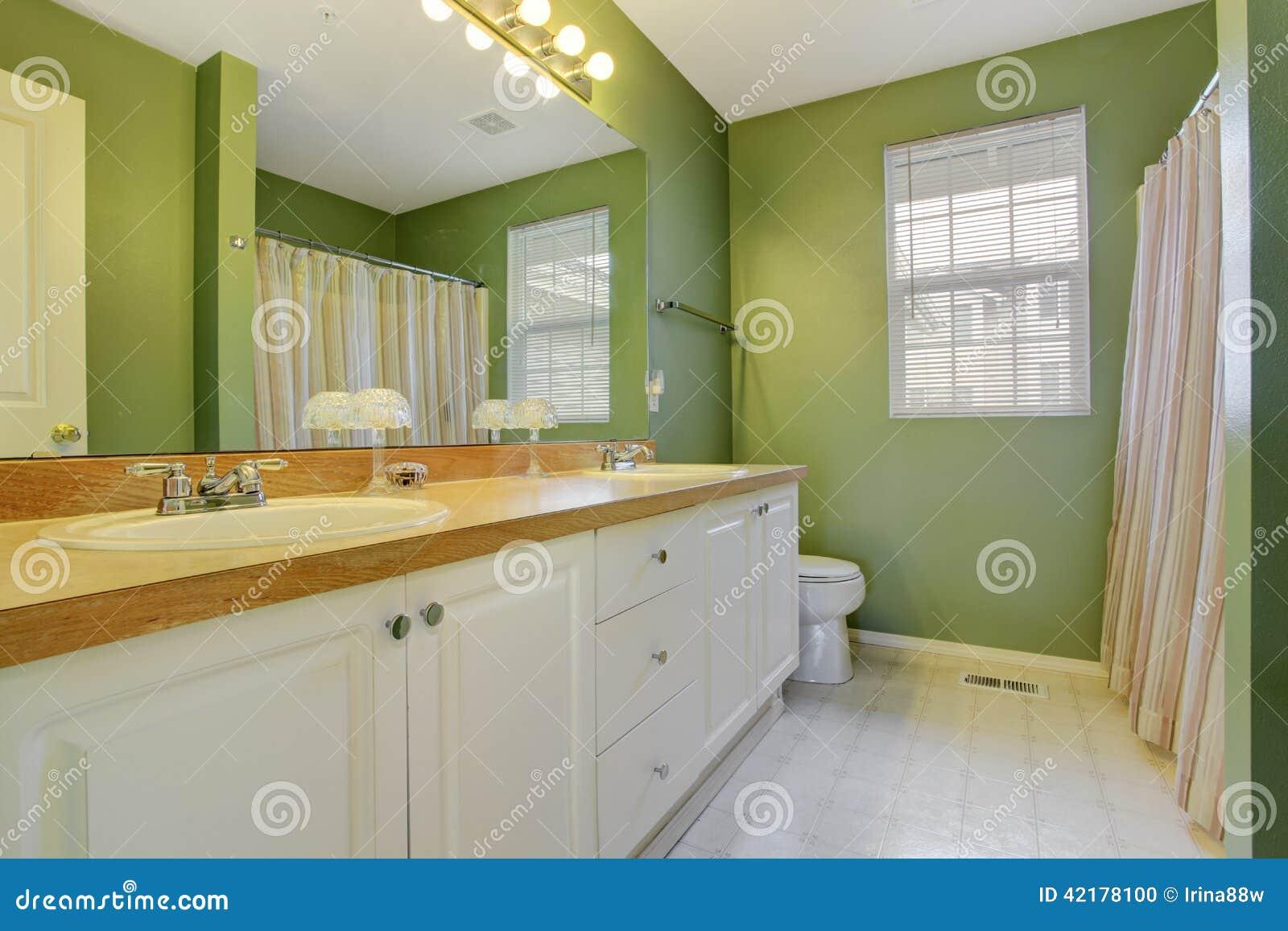 Banheiro verde com o armário branco da vaidade do banheiro e o grande  #9A7331 1300x957 Banheiro Branco E Verde Claro