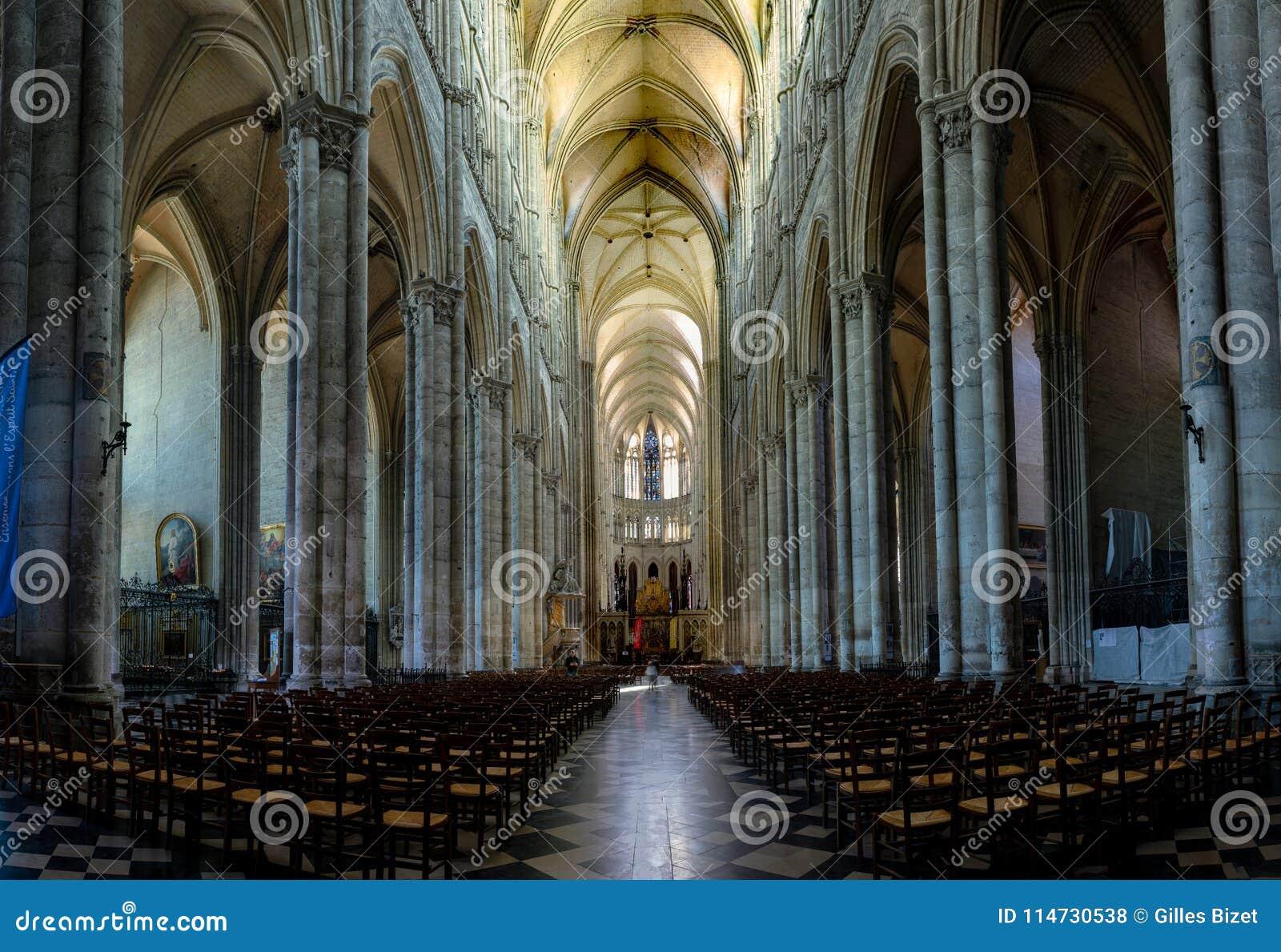 Interior y detalle de la catedral de Amiens en Francia