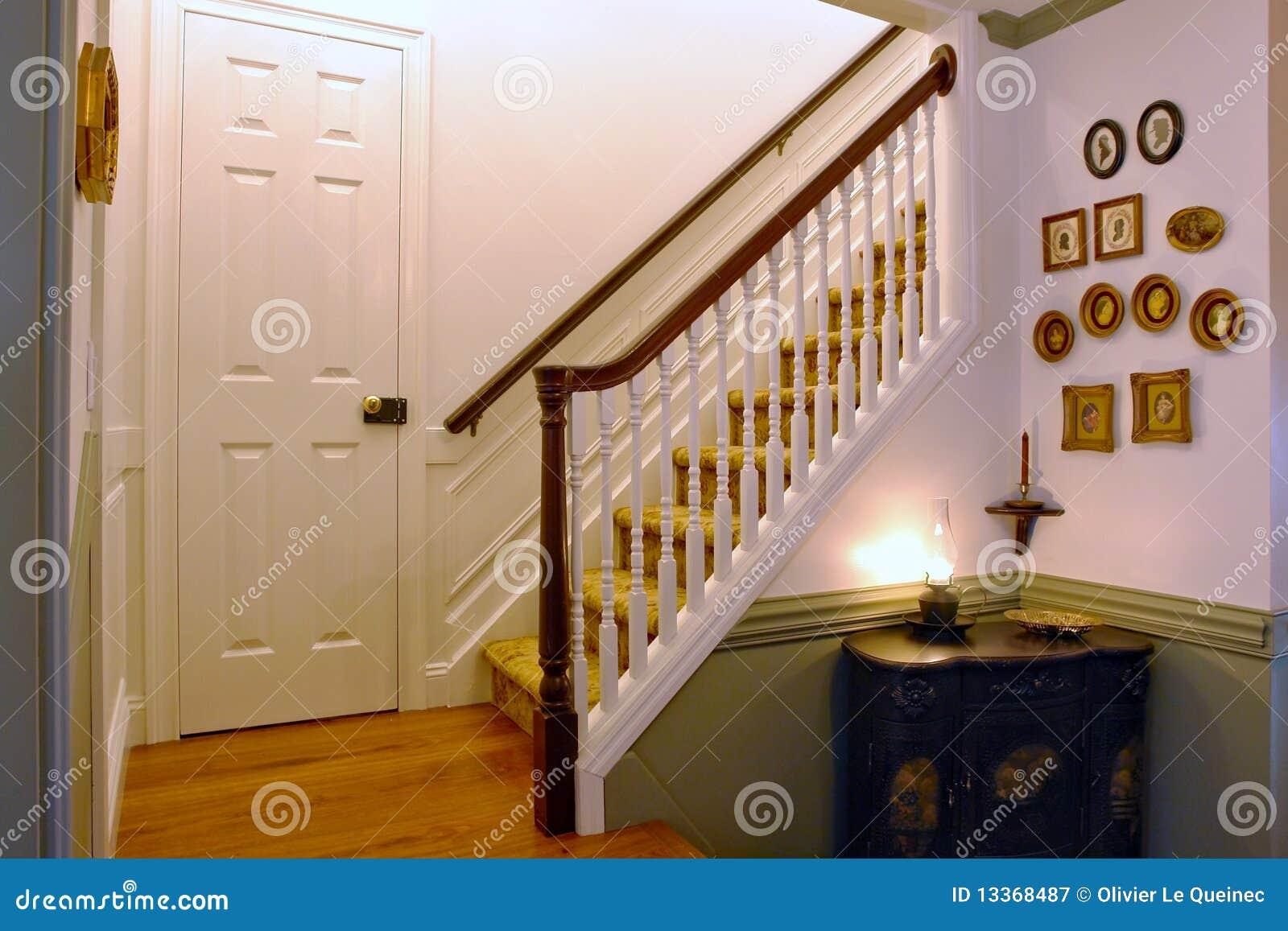 Interiore americano coloniale della camera di stile for Casa coloniale americana