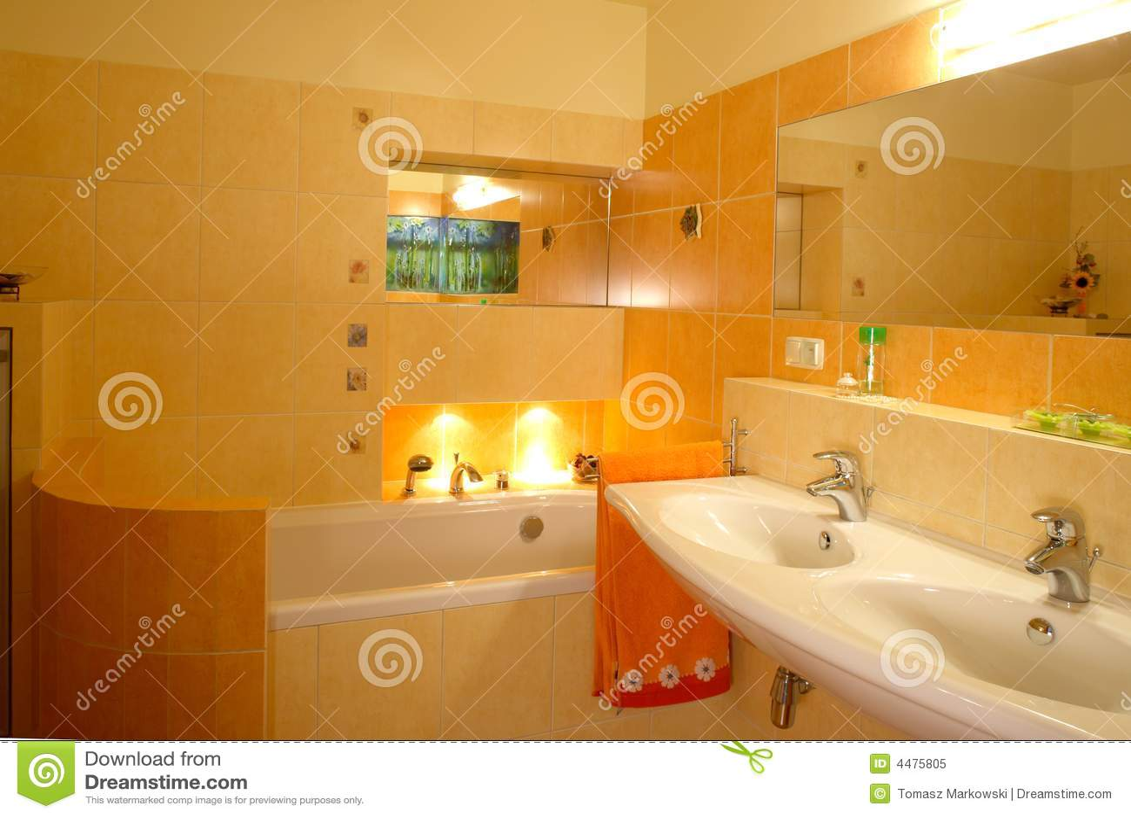 Interiore arancione della stanza da bagno immagine stock