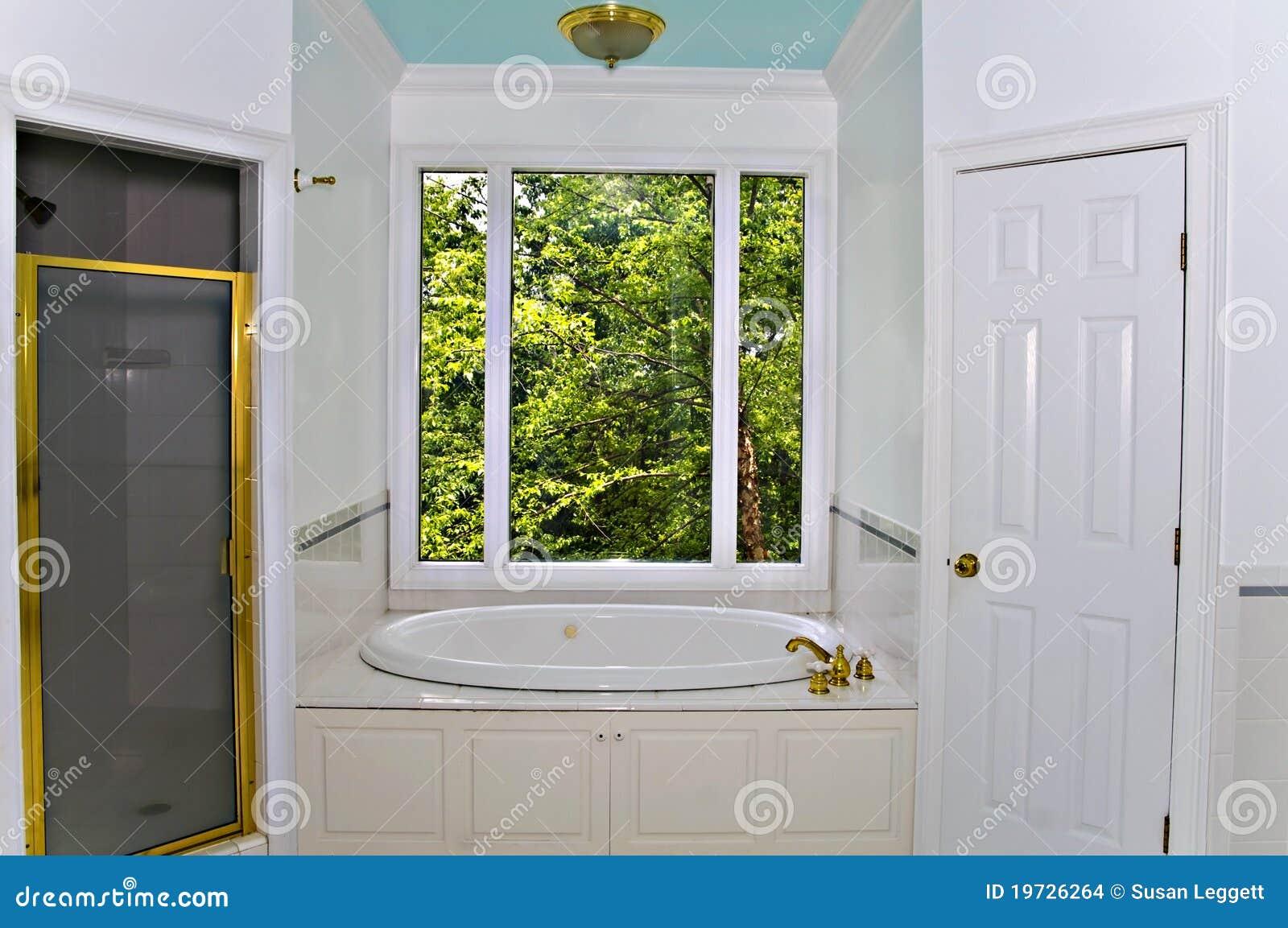 Vasca Da Bagno Sotto Finestra : Interiore bianco della stanza da bagno fotografia stock immagine