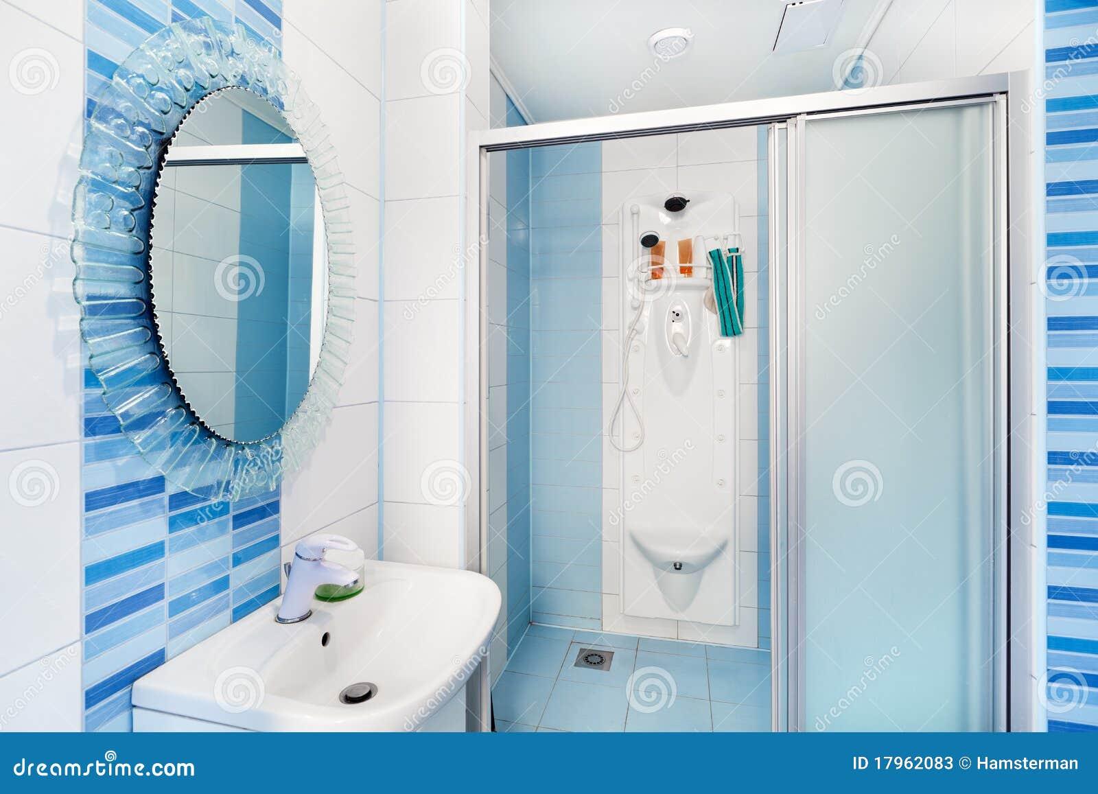 Bagni Colorati Blu : Interiore blu moderno della stanza da bagno con lo specchio