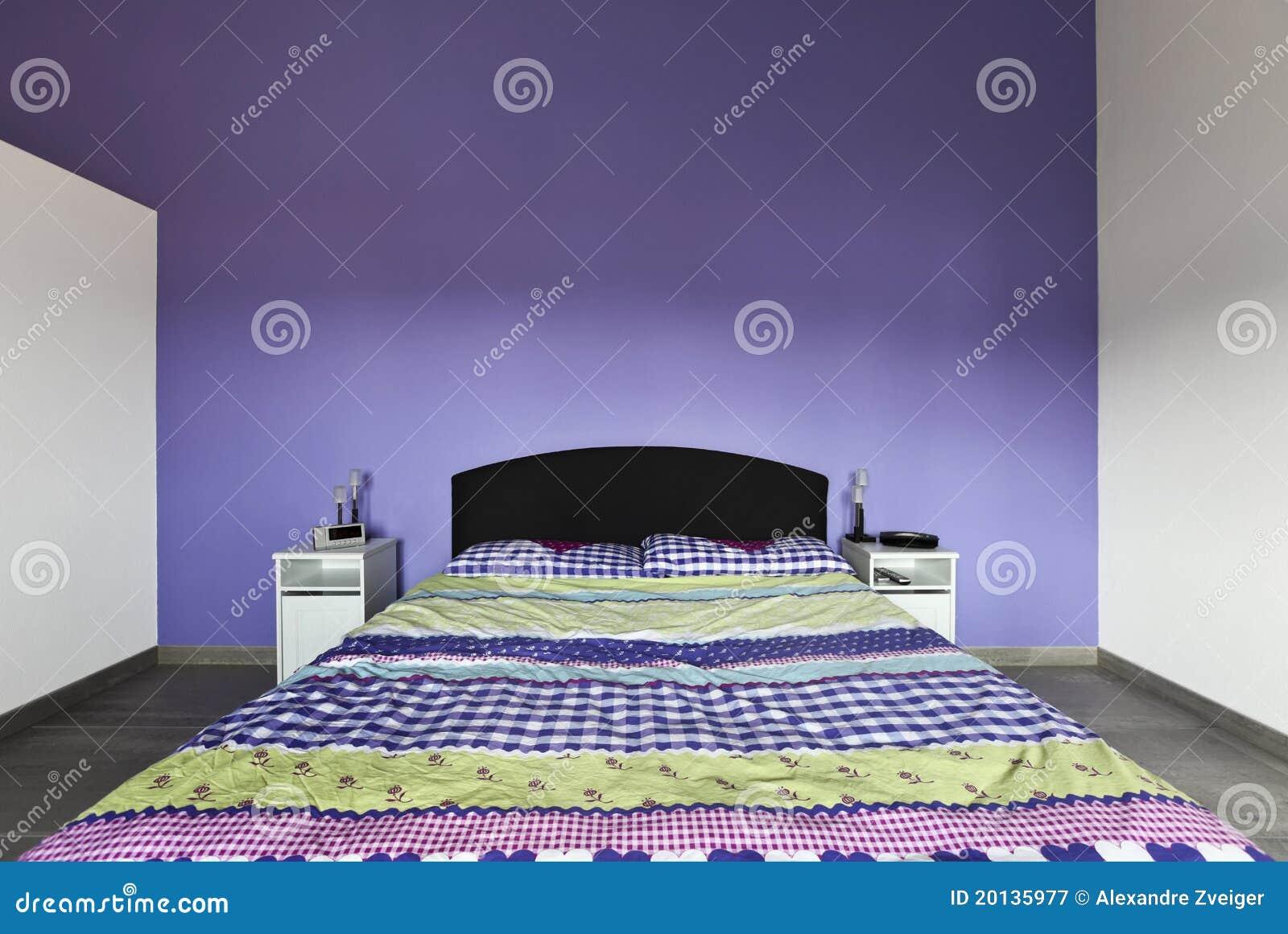 Interiore camera da letto con la parete viola fotografia - Camera da letto bianca e viola ...