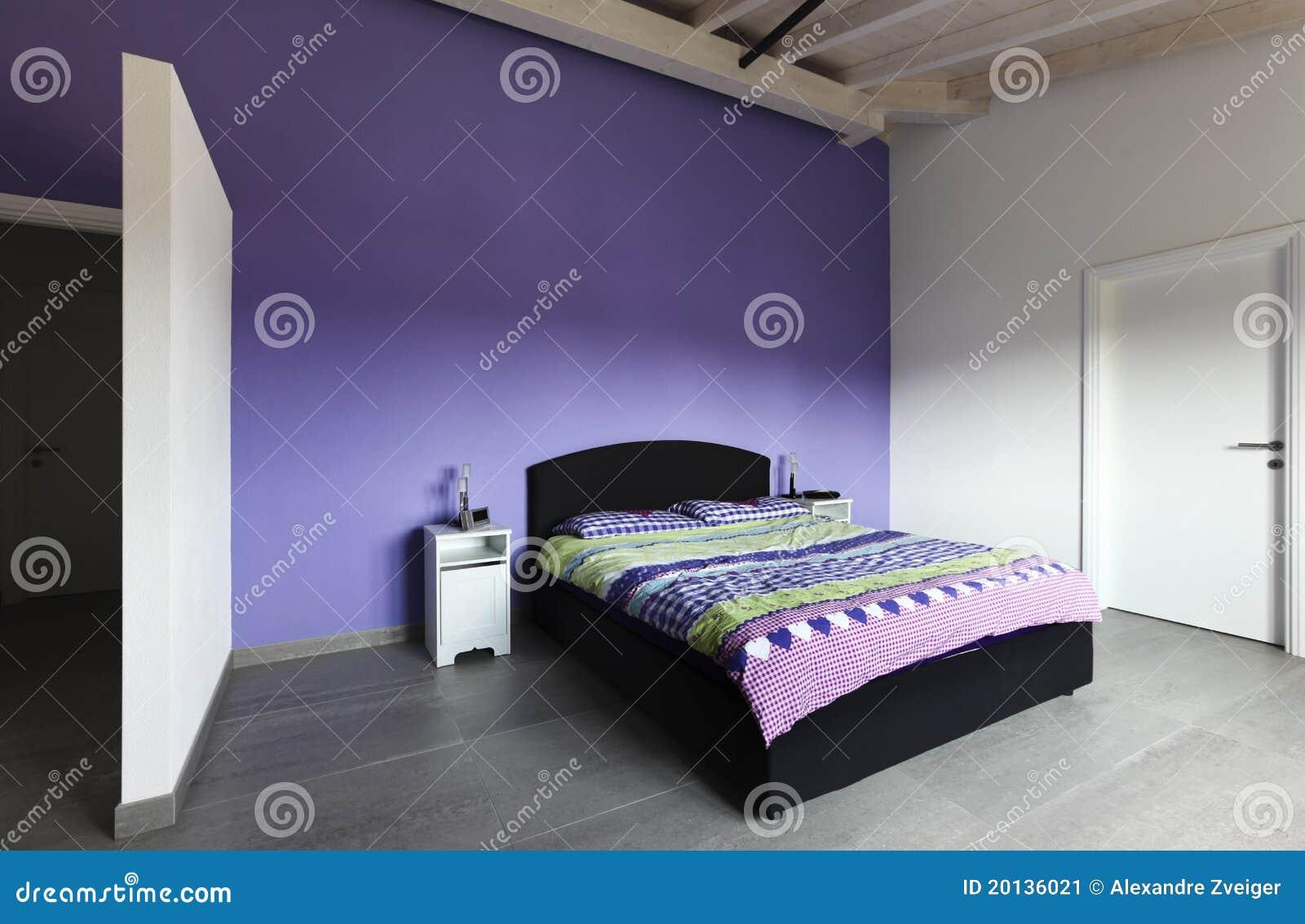 ... moderna contemporanea, interno, camera da letto con la parete viola
