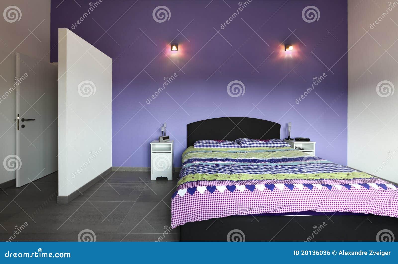 Interiore camera da letto con la parete viola fotografia - Parete viola camera da letto ...