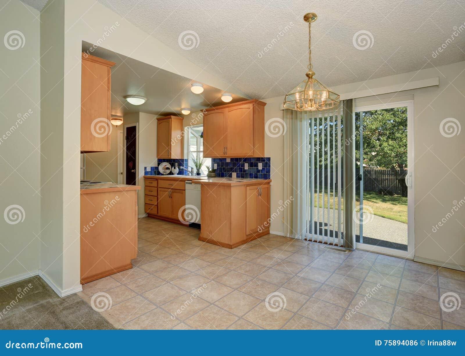 Interiore della camera armadi da cucina e pavimentazione in