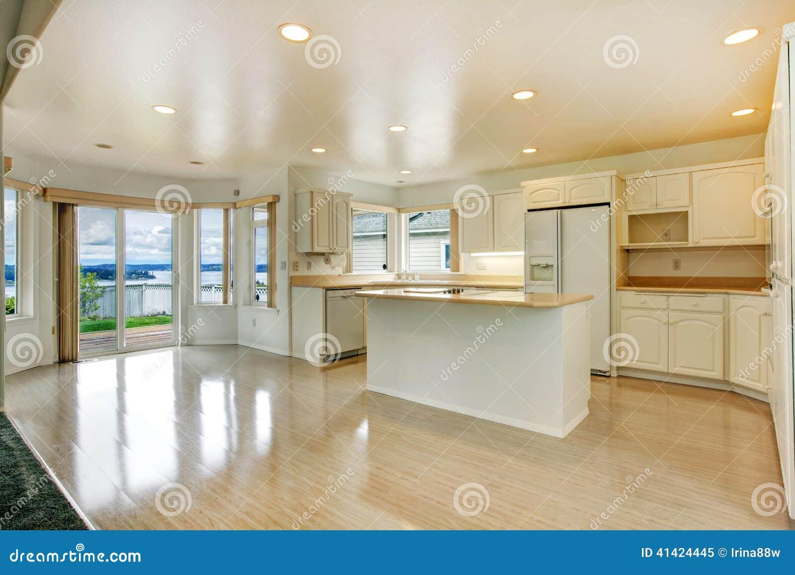 Interiore della camera stanza bianca vuota della cucina for Cucina e grandi disegni della stanza