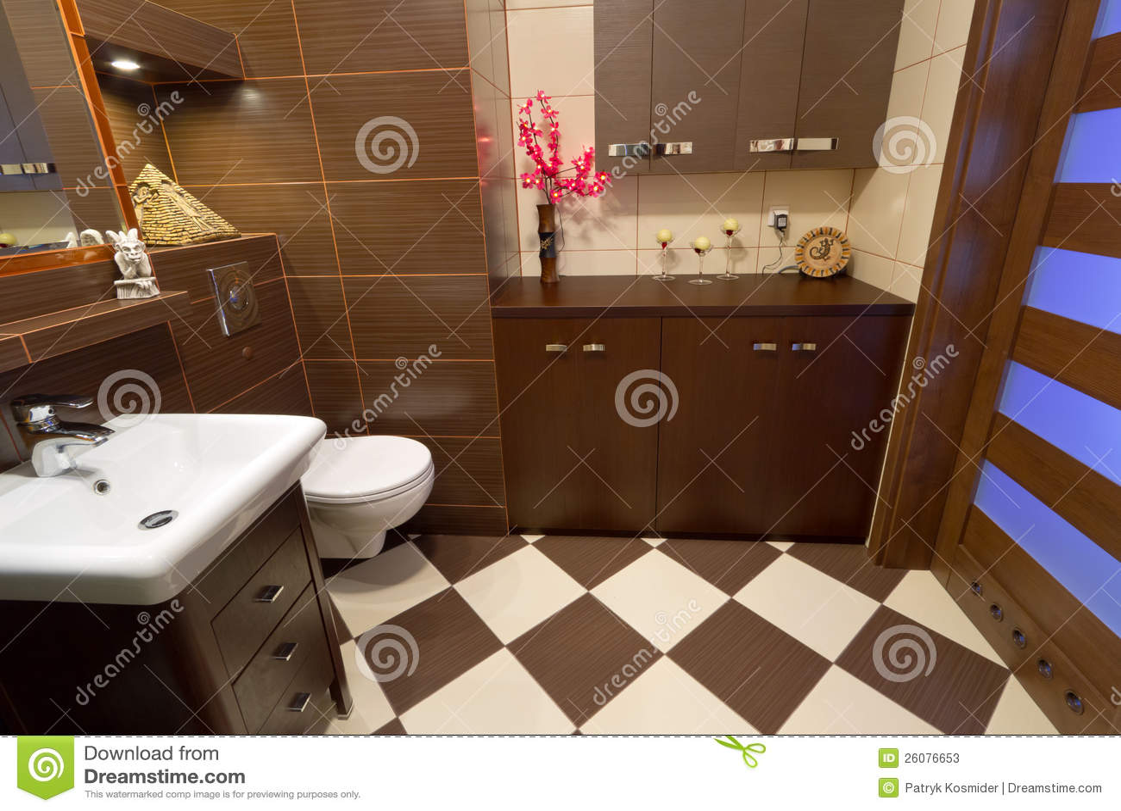 Interiore della stanza da bagno con le mattonelle marroni for Tende beige e marrone