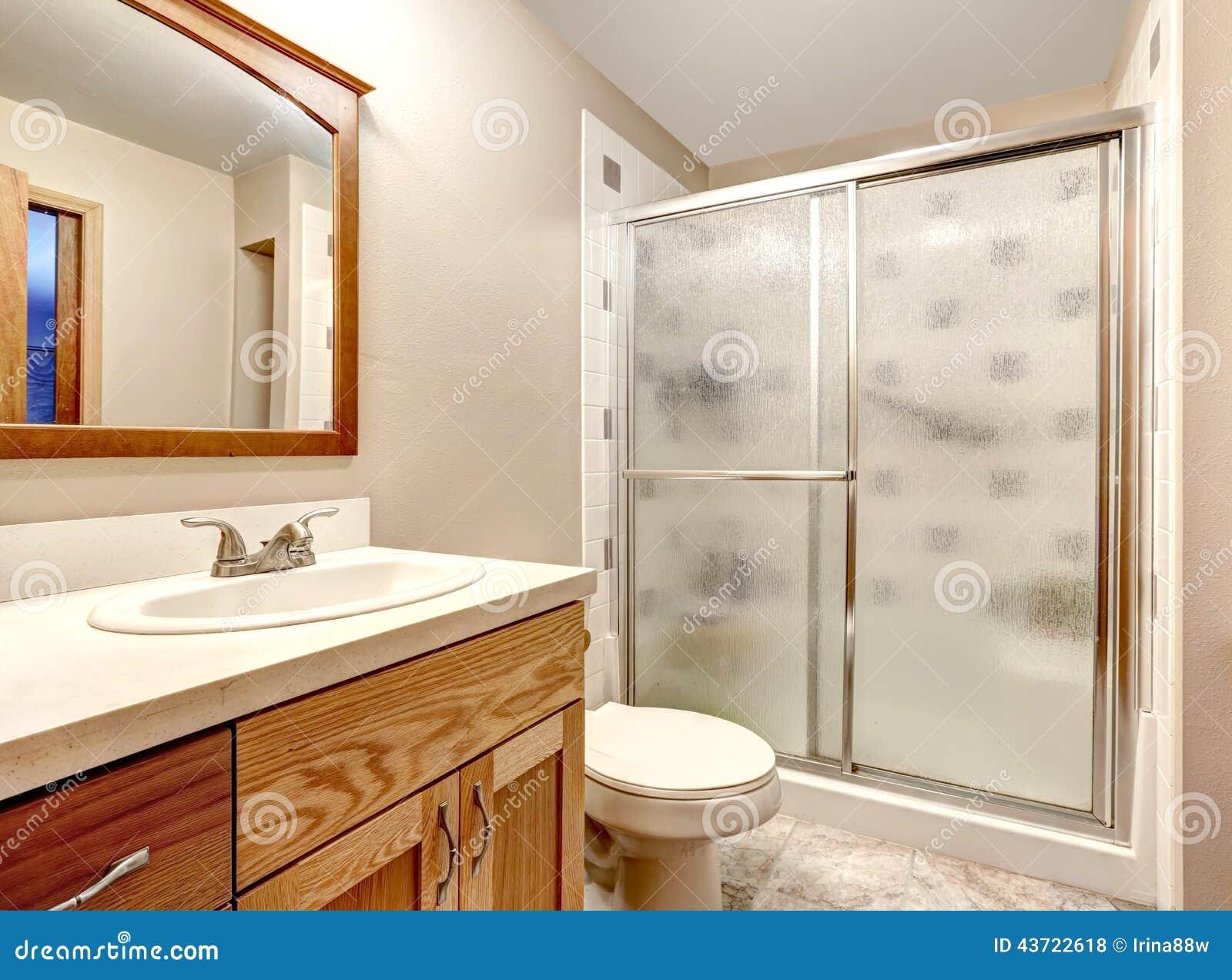 Bagno In Camera Con Vetrata : Interiore della stanza da bagno doccia di vetro della porta