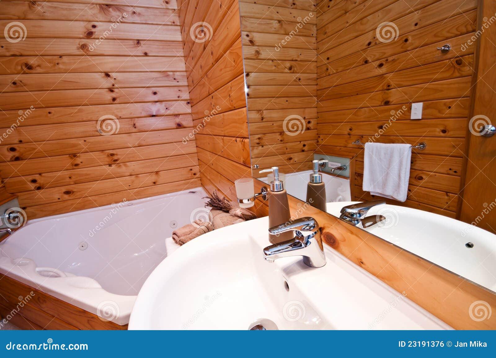 interiore di legno della stanza da bagno nella casetta della montagna immagine stock libera da diritti