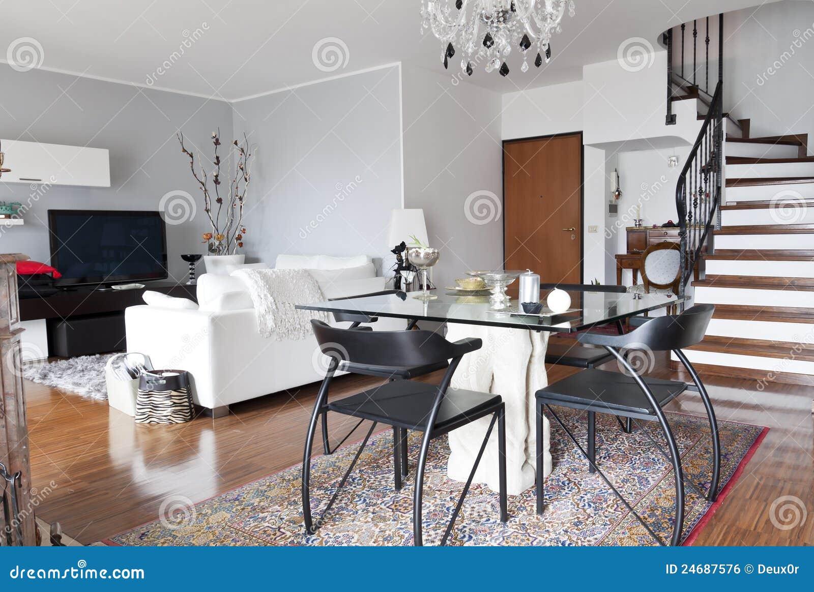 Interiore di una tabella di vetro, dell appartamento e di una scala