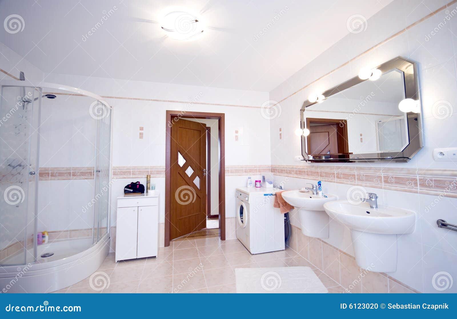 Interiore moderno della stanza da bagno