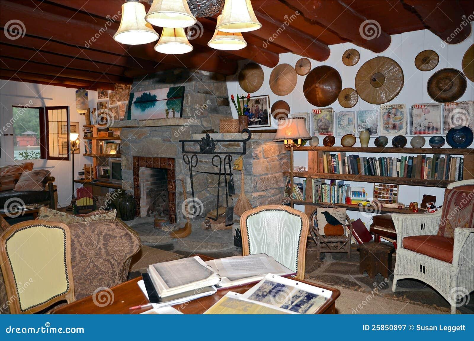 Interiore rustico domestico con gli oggetti d 39 antiquariato - Posto con molti specchi ...