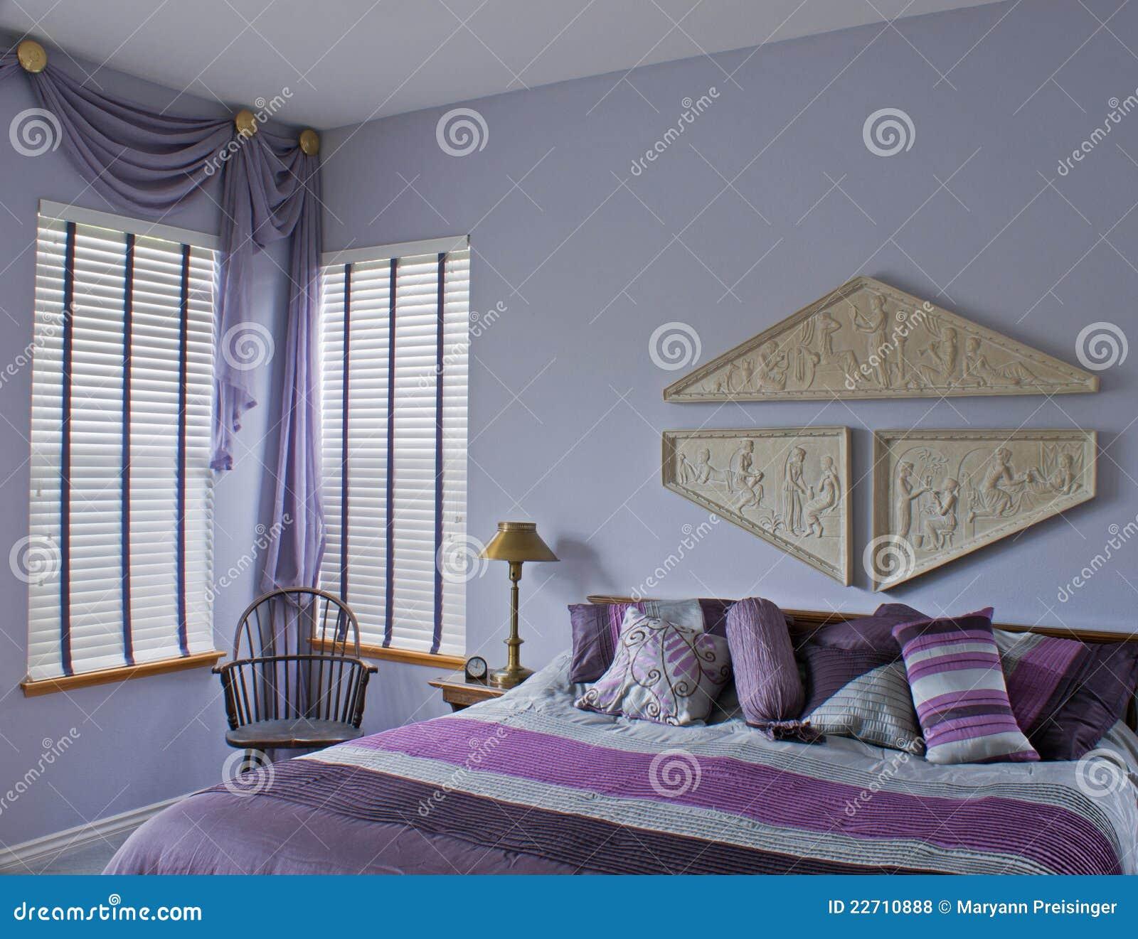 Interiore viola della prugna della camera da letto con la - La finestra viola ...