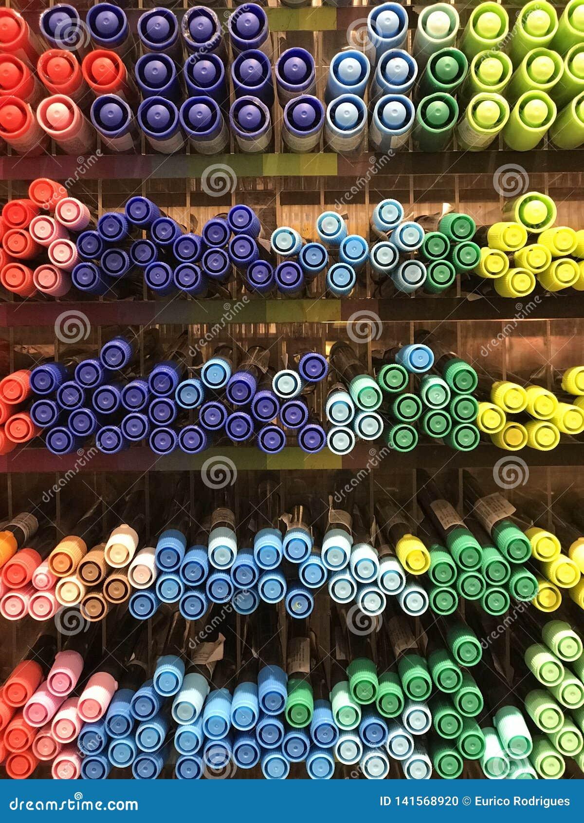 Interiores de la tienda de Miniso - efectos de escritorio y plumas