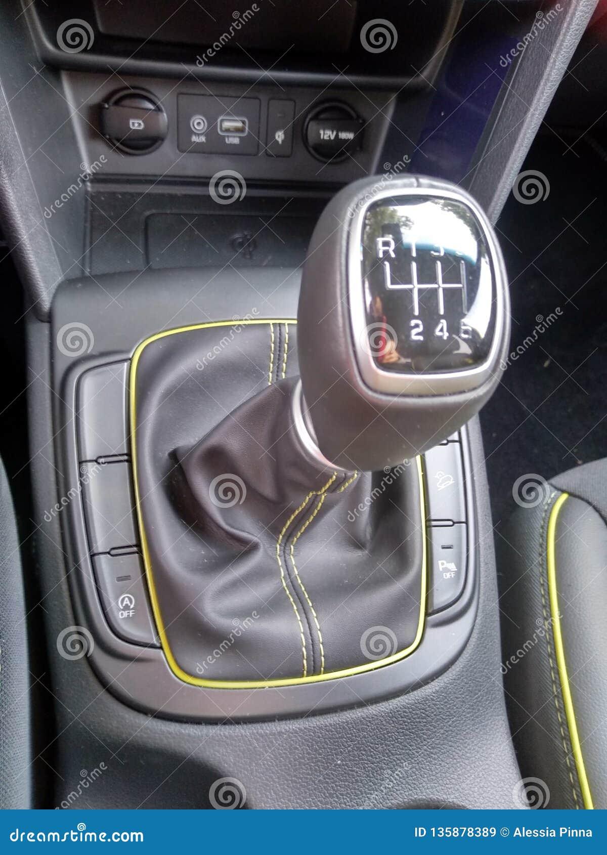 Interiores e detalhes pretos de um carro