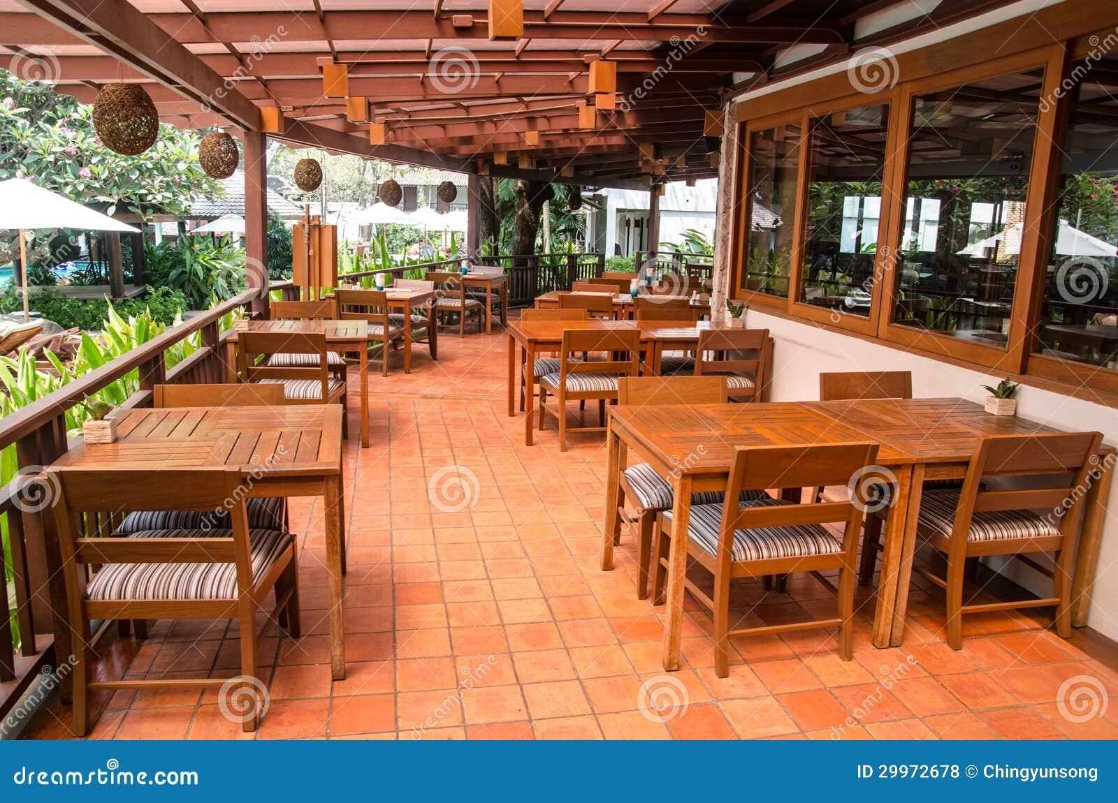 Interiour al aire libre del restaurante con el piso y for Muebles para terraza al aire libre