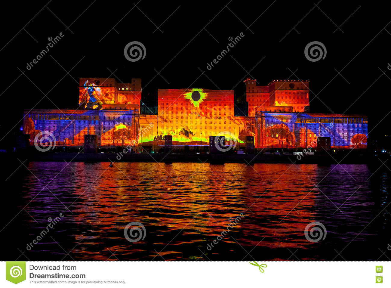 Video mapping projections projected at the brandenburg tor for Laser sur facade
