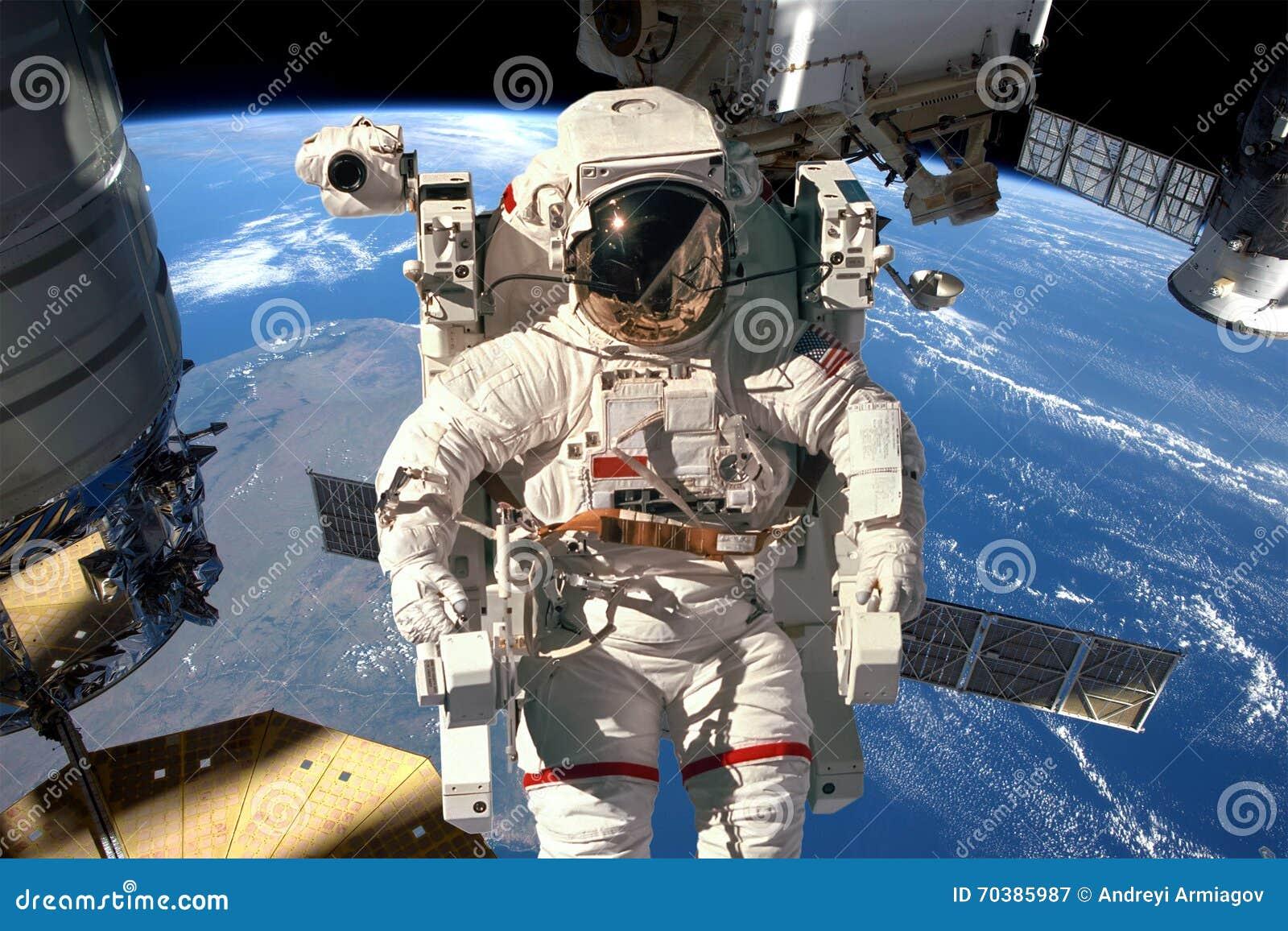 astronaut in the spacecraft - photo #12