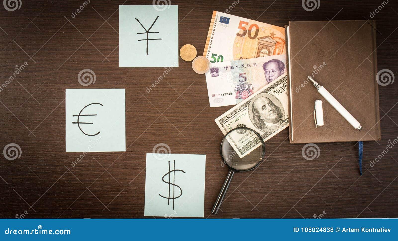 Internationale Bankbiljetten, muntstukken, blocnote, stickers met munttekens op houten lijst