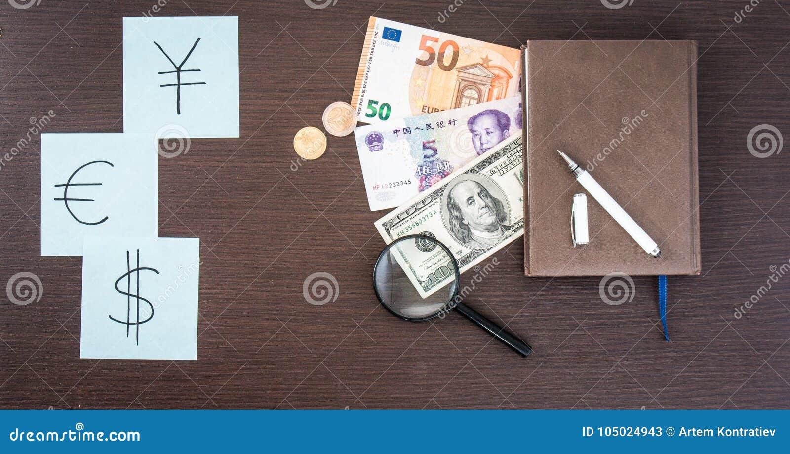 Internationale Bankbiljetten, muntstukken, blocnote, stickers met munttekens op houten lijst De ruimte van het exemplaar
