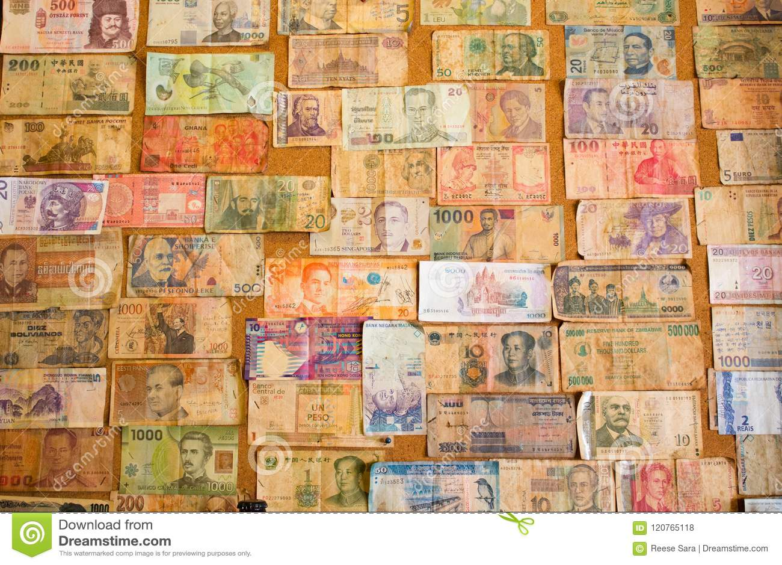 Internationale Banknotensammlung auf dem Brett