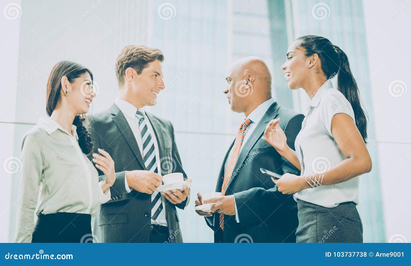 Internationale Commerciële teamvergadering die informeel ideeën ruilen