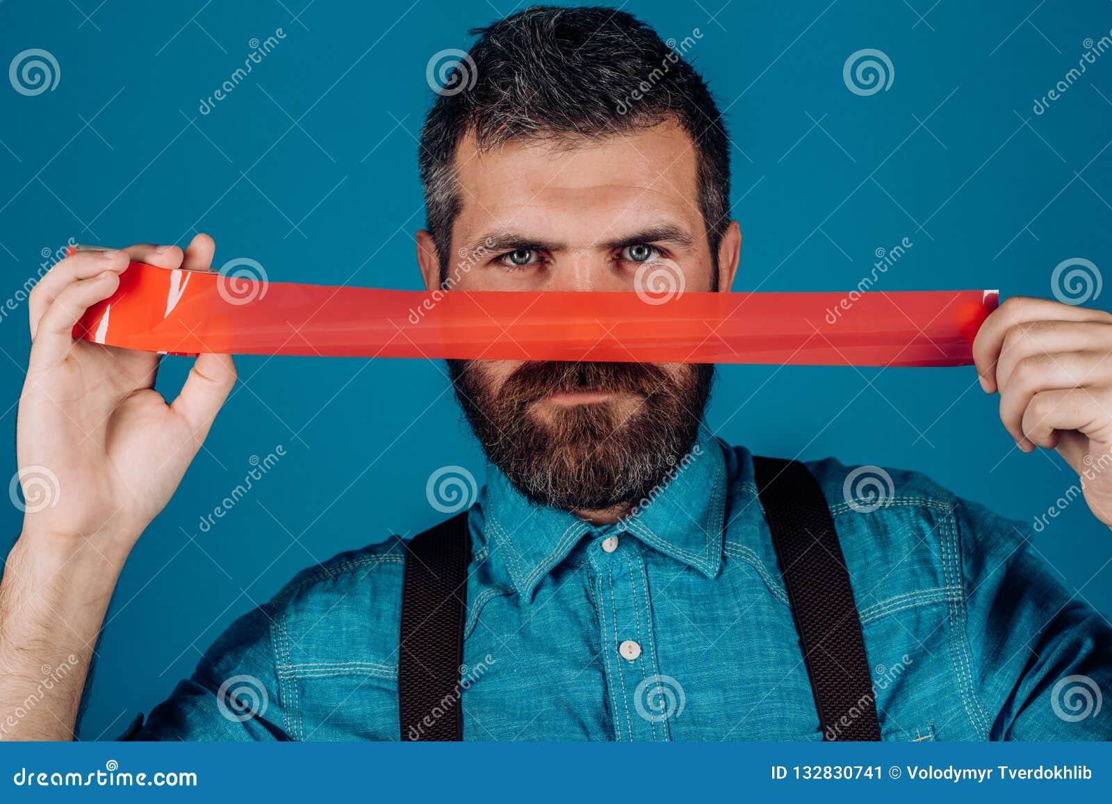 Internationale Rechten van de mensdag censuur Brutaal gebaard mannetje mensen verpakkende mond door plakband Meningscontrole en