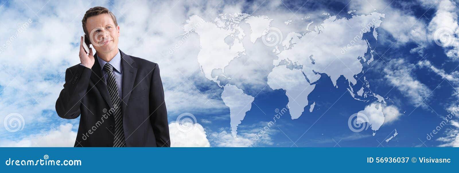 Internationale zakenman die op de telefoon, globale mededeling spreken