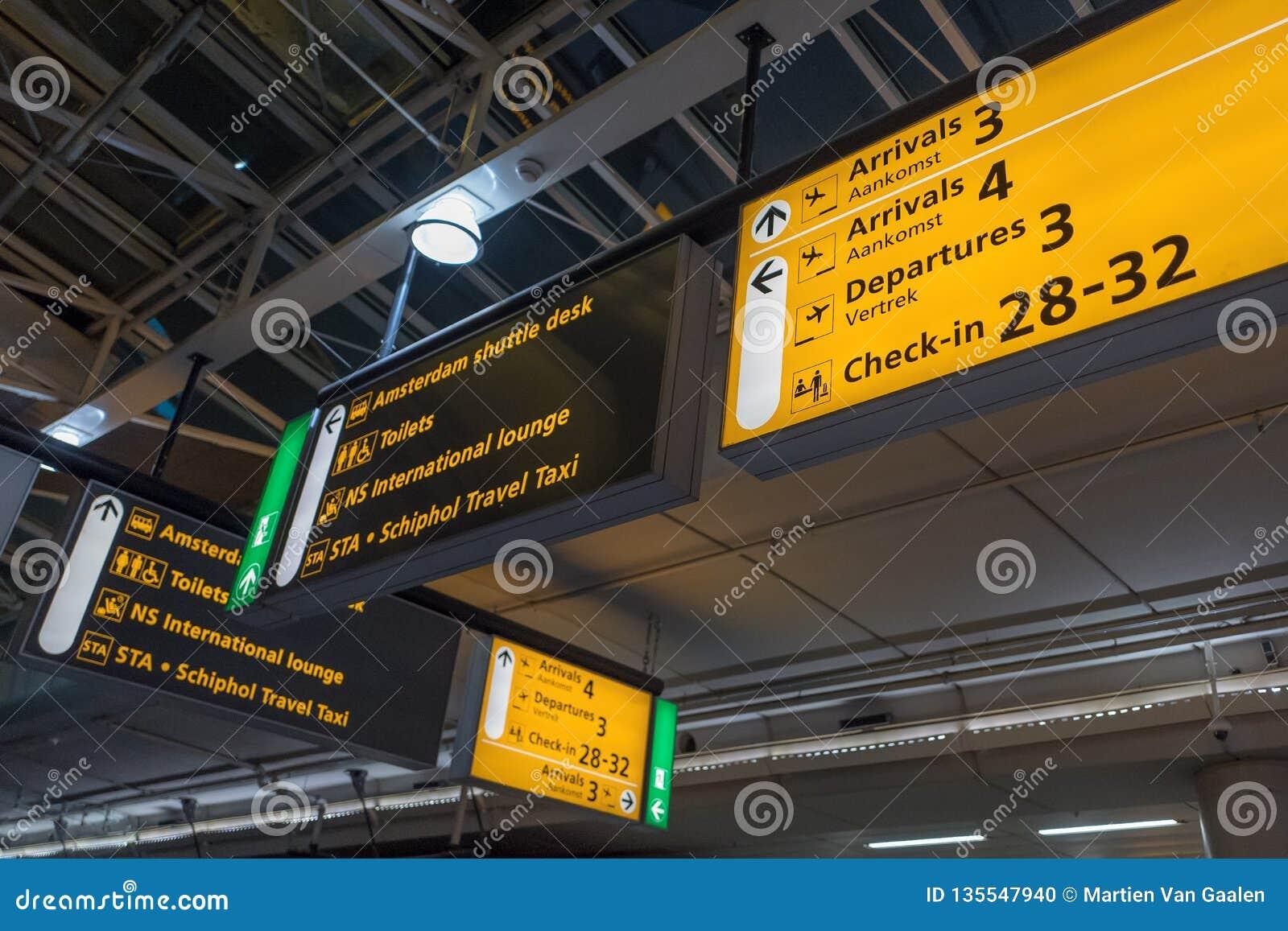 Internationaler Flughafen Schiphol mit modernen Ankünften und Abfahrt unterzeichnet herein englisches