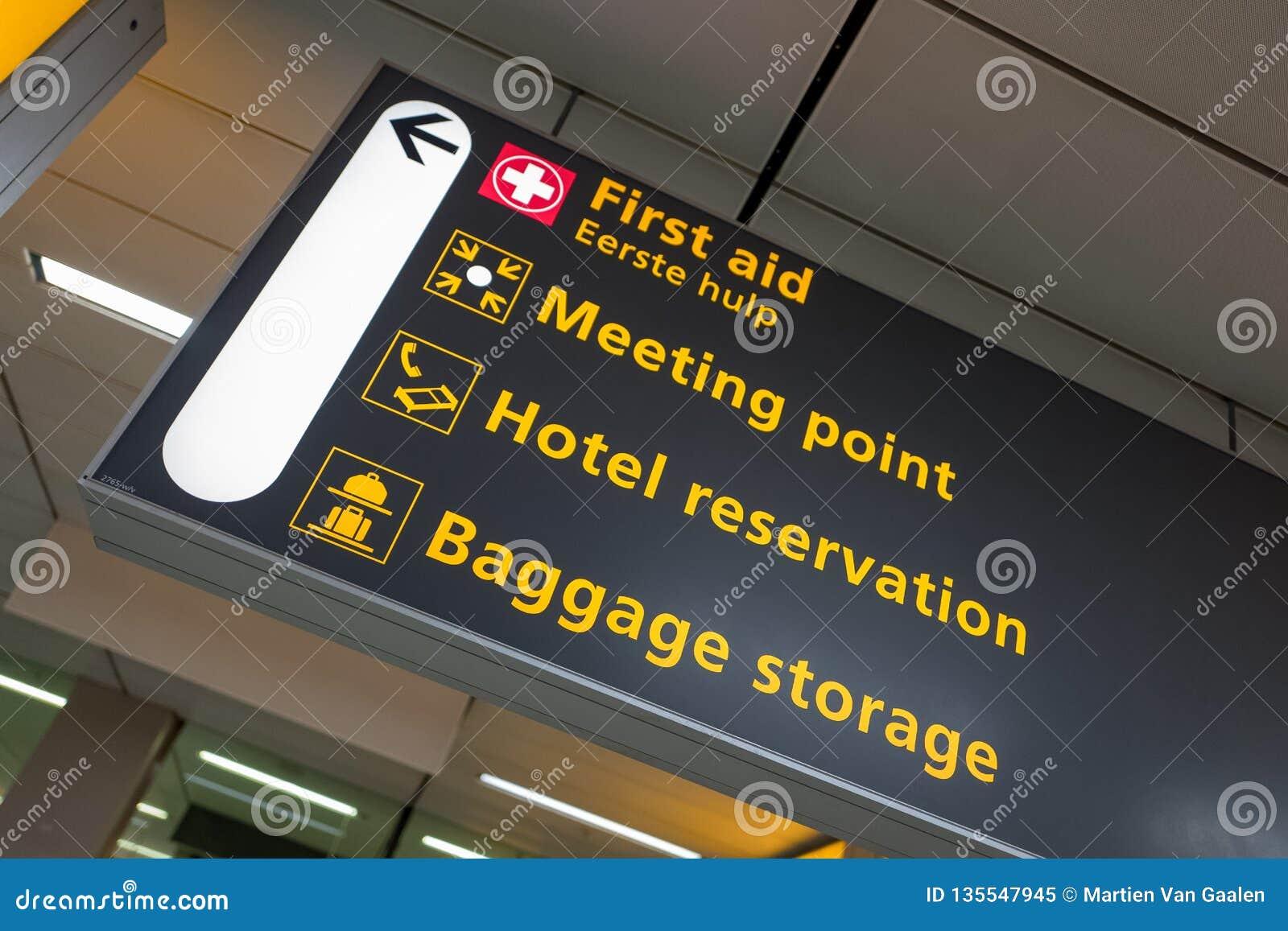 Internationell flygplats Schiphol med moderna ankomster och på engelska avvikelsetecken