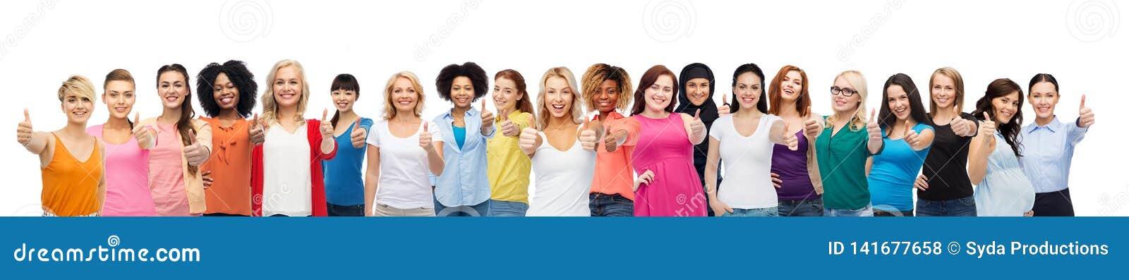 Internationell grupp av kvinnor som visar upp tummar