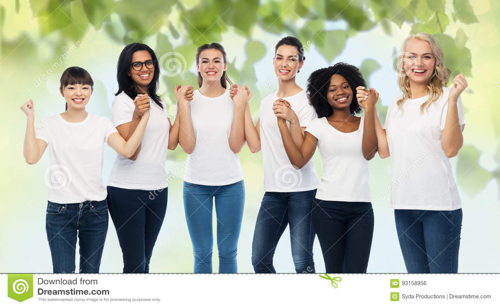 Internationell grupp av lyckliga volontärkvinnor