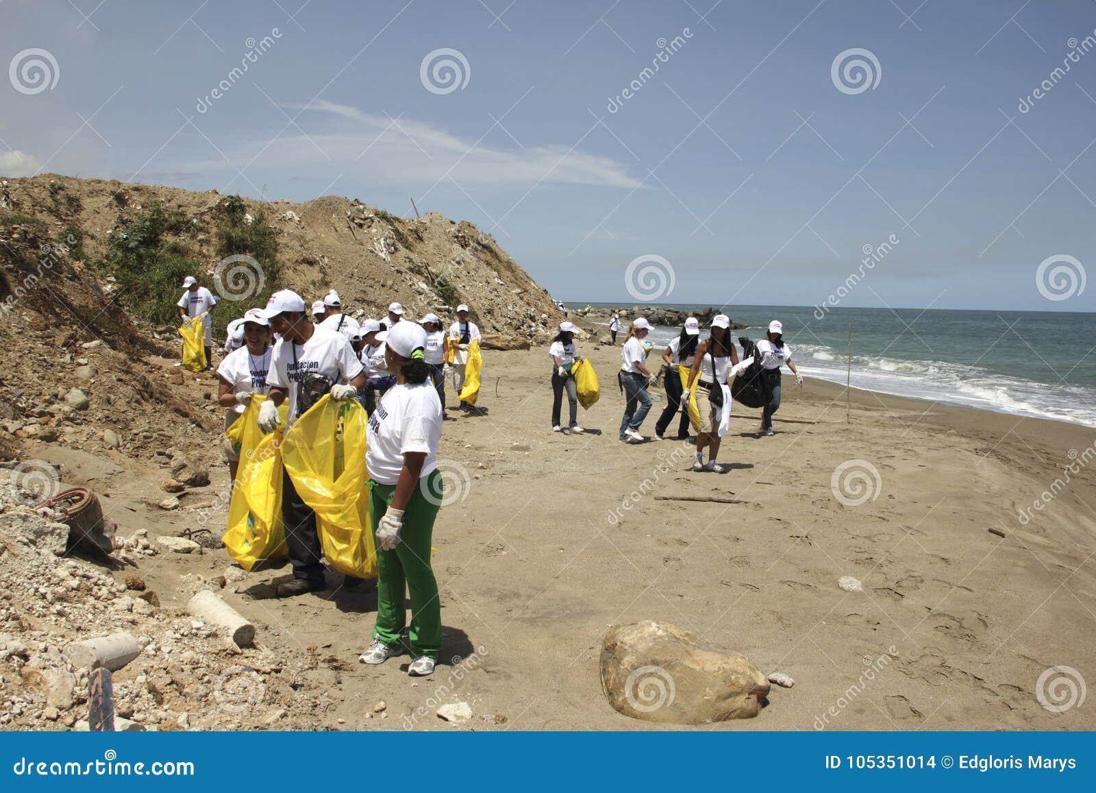 Internationell kust- rengöringsdagaktivitet i den LaGuaira stranden, Vargas statliga Venezuela